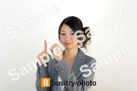 指で10のポーズをする女性