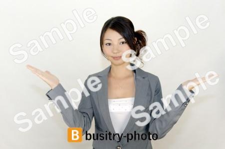 腕を横に広げる女性