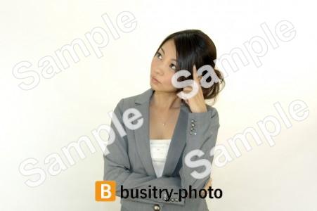 首をかしげる女性