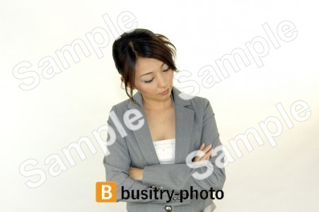 腕を組んで考える女性
