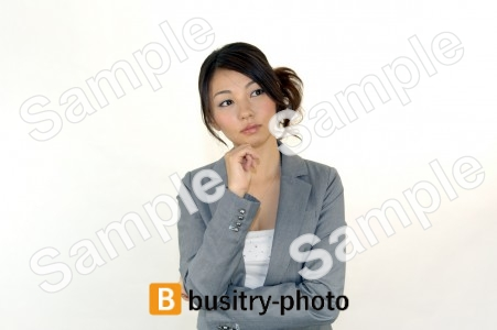 顎に手を当てるポーズの女性