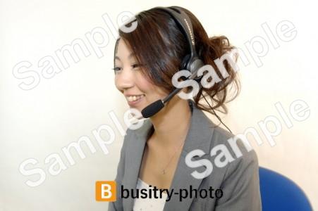 ヘッドセットをつける女性