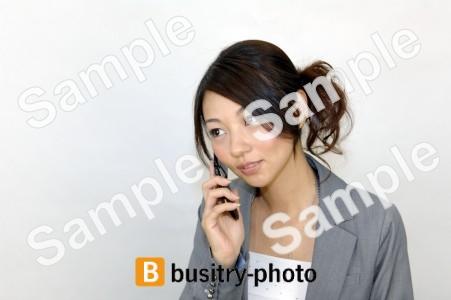 携帯電話で通話する女性