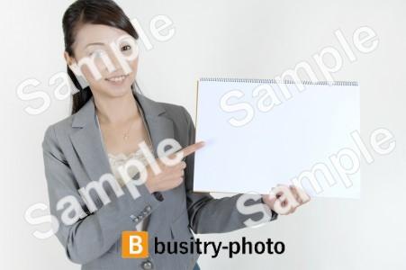 スケッチブックで説明する女性