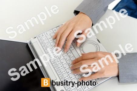 タイピングをする女性