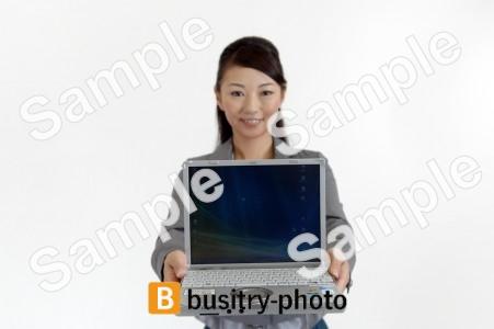 パソコンを見せる女性