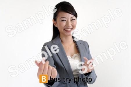 笑顔で挑発する女性