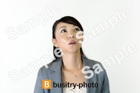 上を見つめる女性