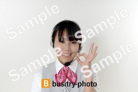 OKポーズをするヘッドセットをつけた女性