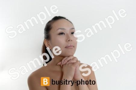 祈るポーズをする女性