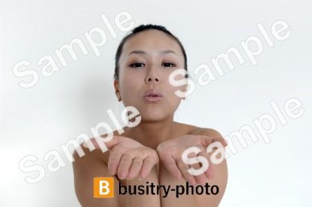 投げキッスをする女性
