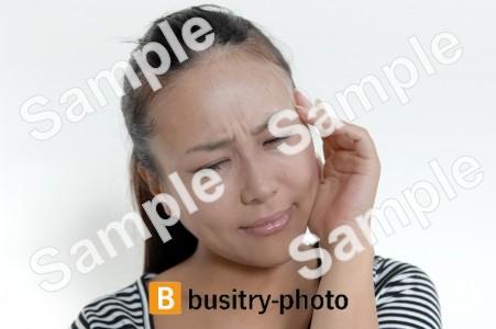 頭痛を気にする女性
