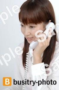 電話で通話する女性