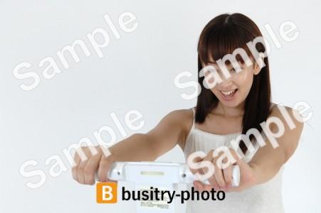 体脂肪を測る女性