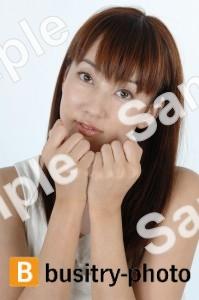 顎に手を乗せる女性