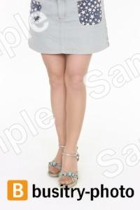 モデル立ちしている女性の足