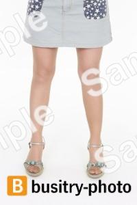 仁王立ちしている女性の足