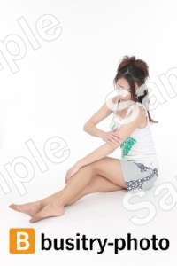 腕をマッサージする女性