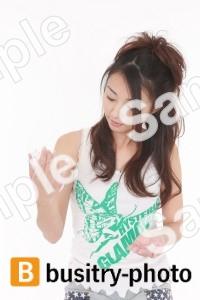 腕に化粧水をぬる女性