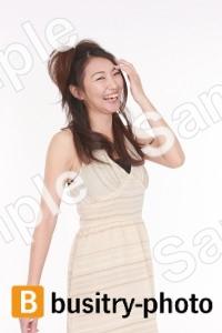 髪を触る笑顔の女性