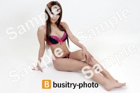 座る水着の女性