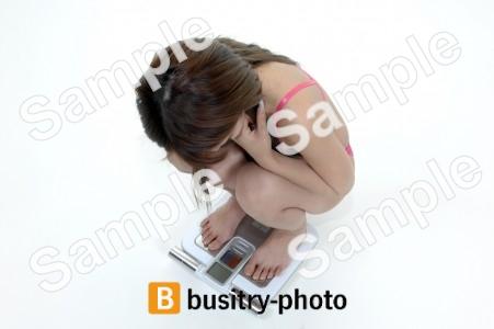 体重計にのる水着の女性