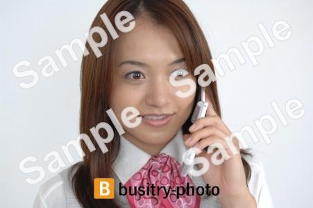 携帯電話で通話をする女性