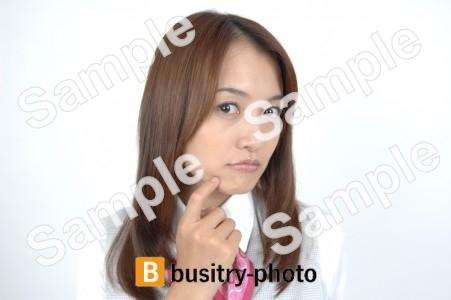 指を顎に当てる女性