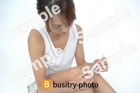 体温計を使う女性