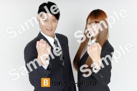 ファイティングポーズをする男性と女性