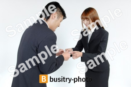 名刺交換をする男性と女性
