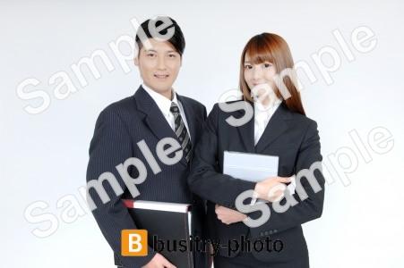 ファイルを持つ男性と女性