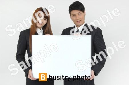 ボードを持つ男性と女性