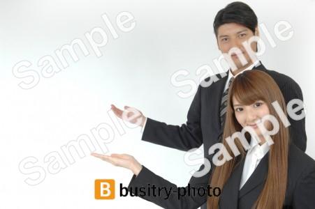 案内をする男性と女性