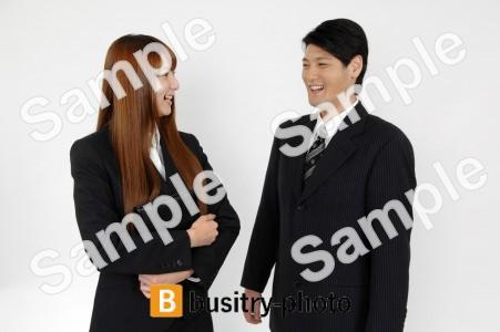 談笑する男性と女性