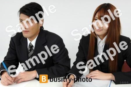 メモを取る男性と女性