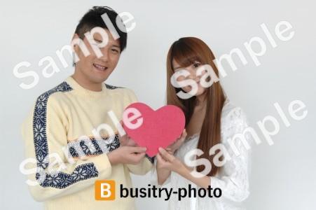 ハートを持つ男性と女性