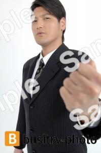 ガッツポーズをする男性