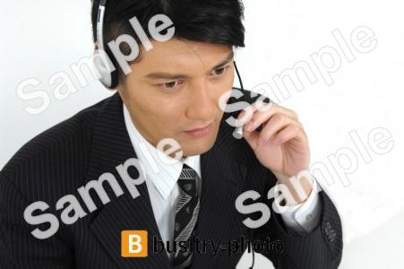 ヘッドセットをつける男性