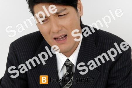 苦しむ表情の男性