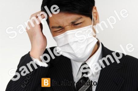 マスクをつけた咳き込む男性