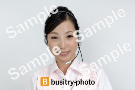 ヘッドセットをする女性