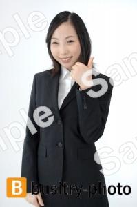 指でグッドマークをする女性