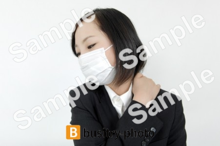 肩に手を乗せるマスクをつけた女性