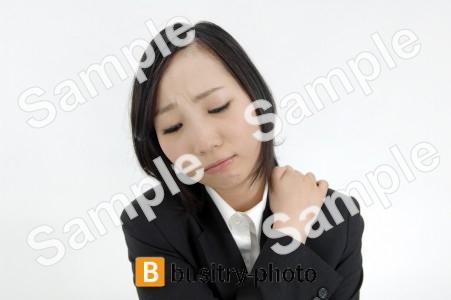 肩に手を乗せる女性