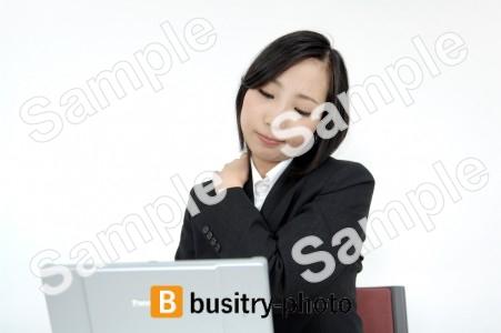 肩に手を乗せてパソコンをする女性