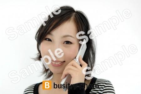 携帯電話で話す女性