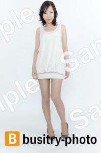 白い服を着た女性