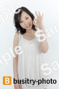 指でオッケーマークをする女性