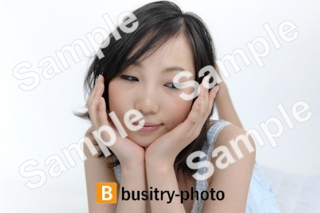 顎に手を置く女性